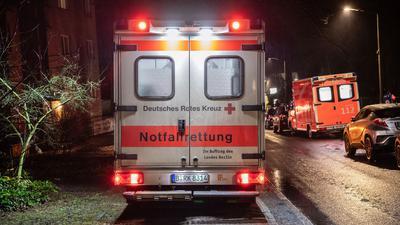 Mehrere Rettungswagen kümmern sich nach dem Brand in Berlin-Kladow um die Bewohner des Pflegeheims.