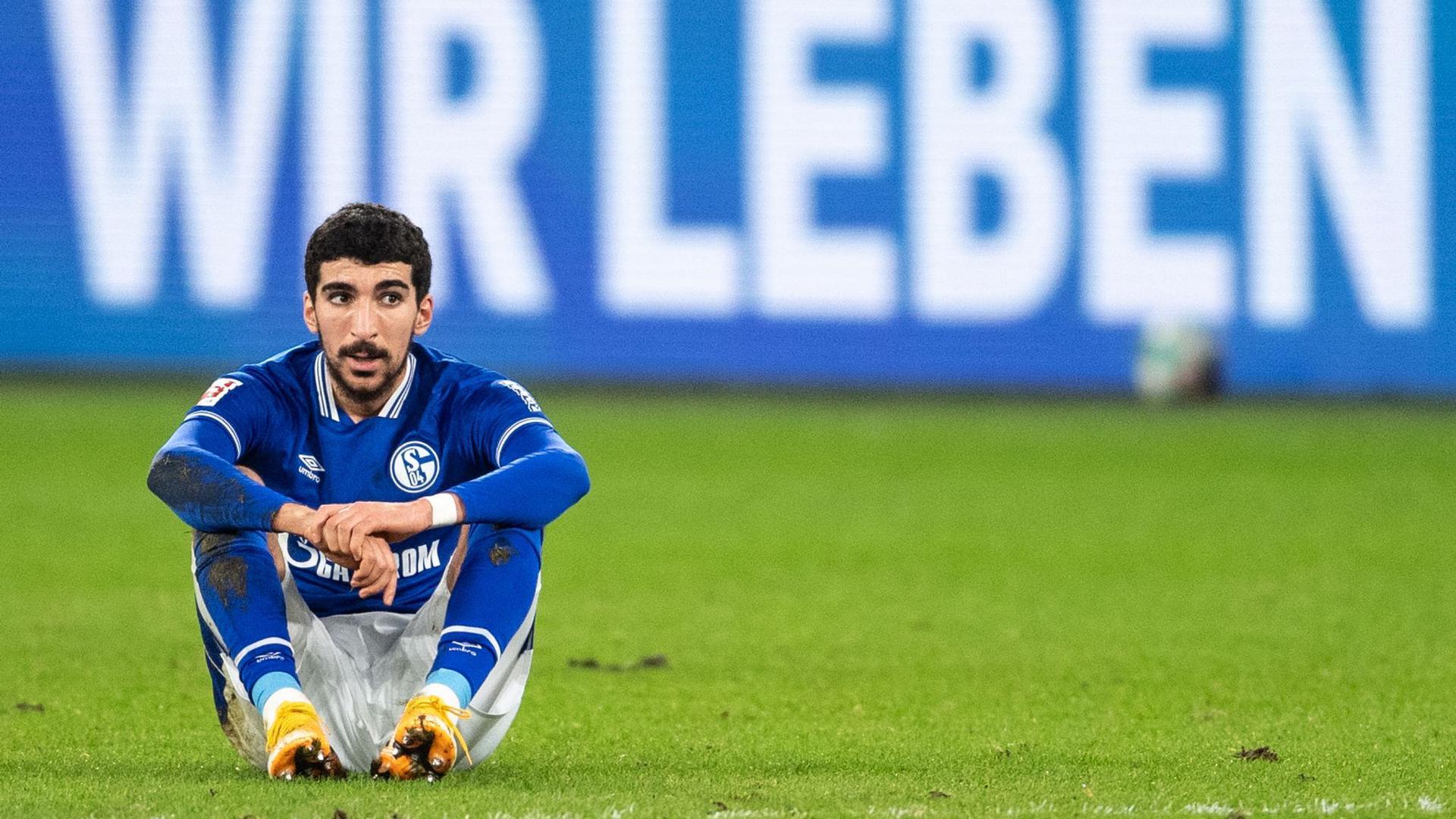Enttäuscht sitzt Schalkes Nassim Boujellab nach der Partie auf dem Platz. S04 beendet die Hinrunde auf dem letzten Platz.