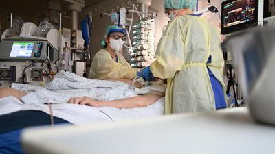Ein Patient in Baden-Württemberg ist nach einer zweiten Corona-Infektion gestorben.