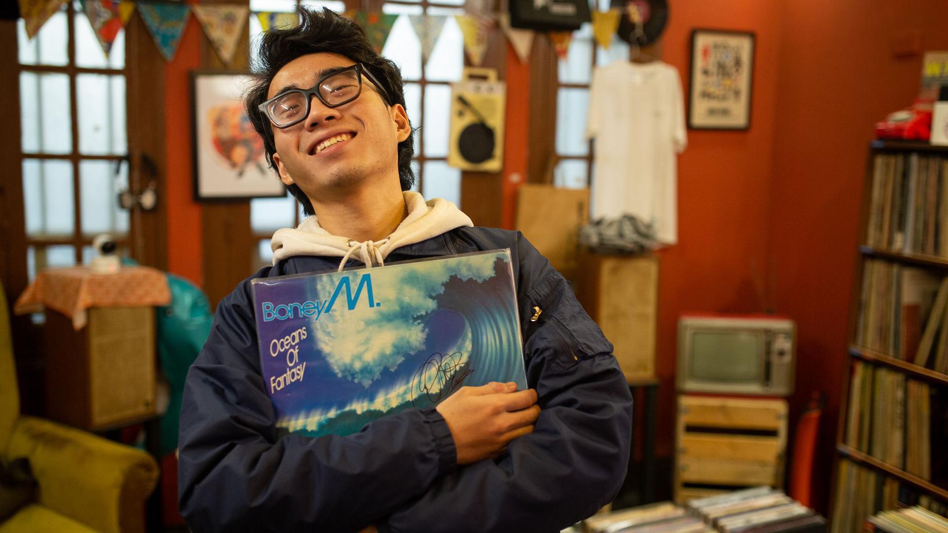 """Hung, Mitarbeiter des LP Club, hält die Schallplatte """"Oceans of Fantasy"""" von Boney M. Wenn in Vietnam geheiratet wird, darf Boney M so gut wie nie fehlen."""