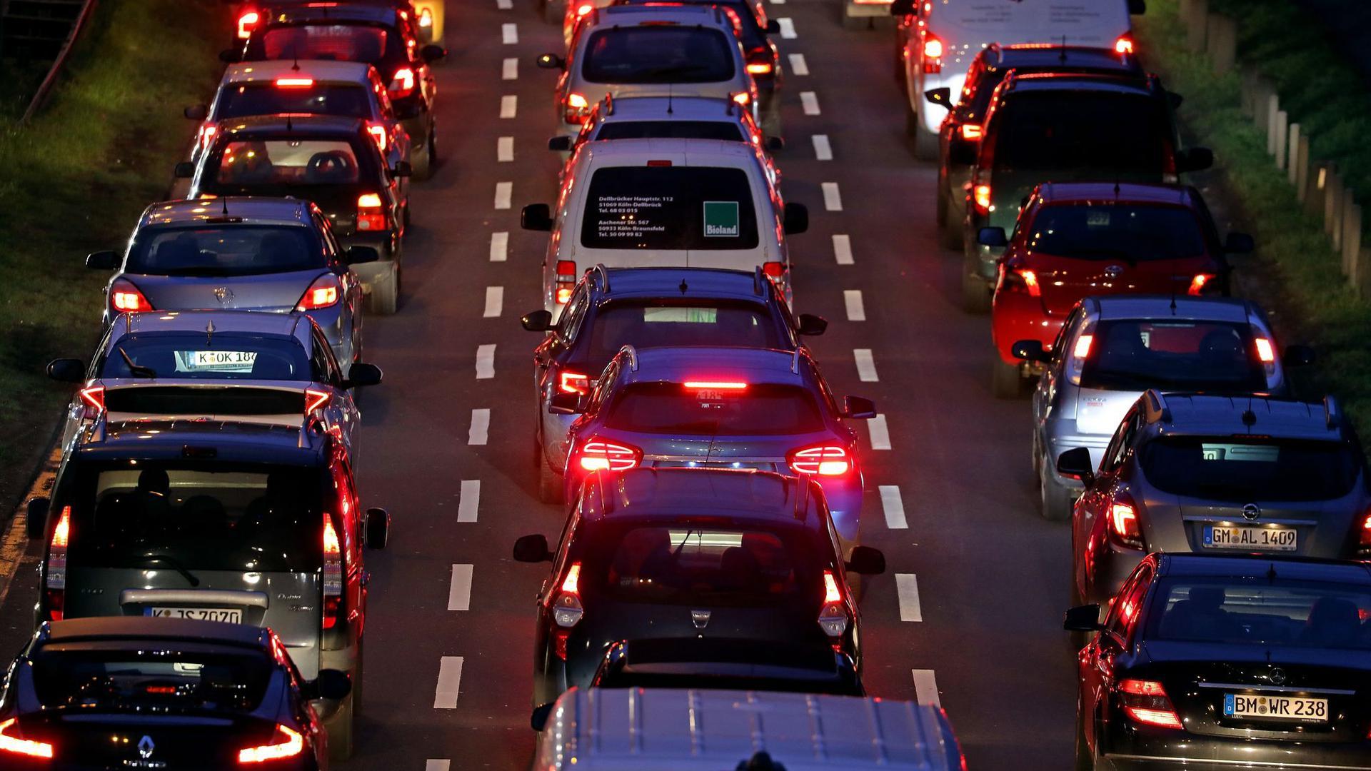 So wie hier in Köln vor einem Jahr sieht es nur noch selten im Berufsverkehr aus. In der Corona-Pandemie sinkt die Mobilität in Deutschland.