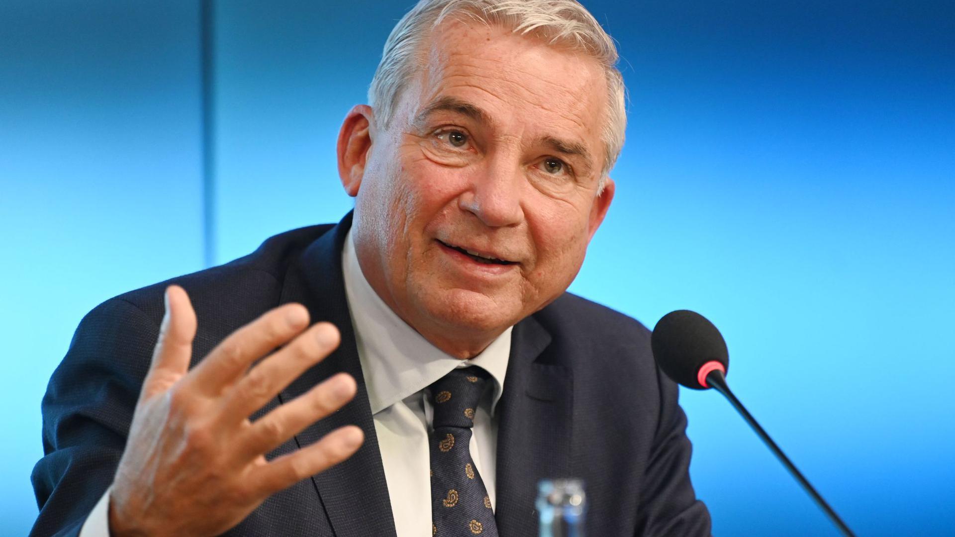 Der neue Vorsitzende der Innenministerkonferenz, Thomas Strobl, sieht auch nach dem Ende des Abschiebestopps nach Syrien hohe Hürden für Rückführungen in das Bürgerkriegsland.