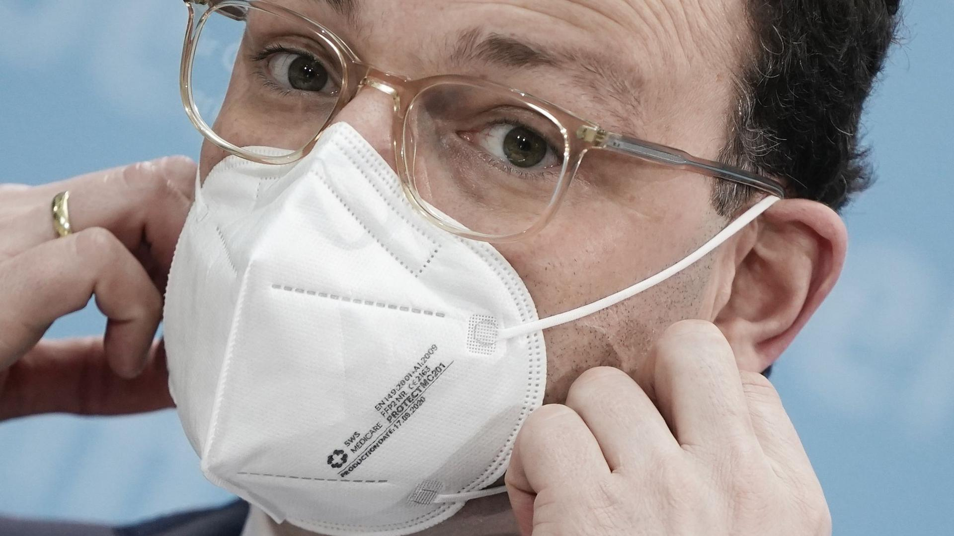 """""""Natürlich wäre es ehrlicher gewesen, Gesundheitsminister Jens Spahn und andere Politiker hätten im Frühjahr 2020 gesagt: """"Ja, Masken können schützen, aber wir haben im Moment nicht genug davon"""", sagt  der Rhetorik-Profi Jörg Abromeit."""