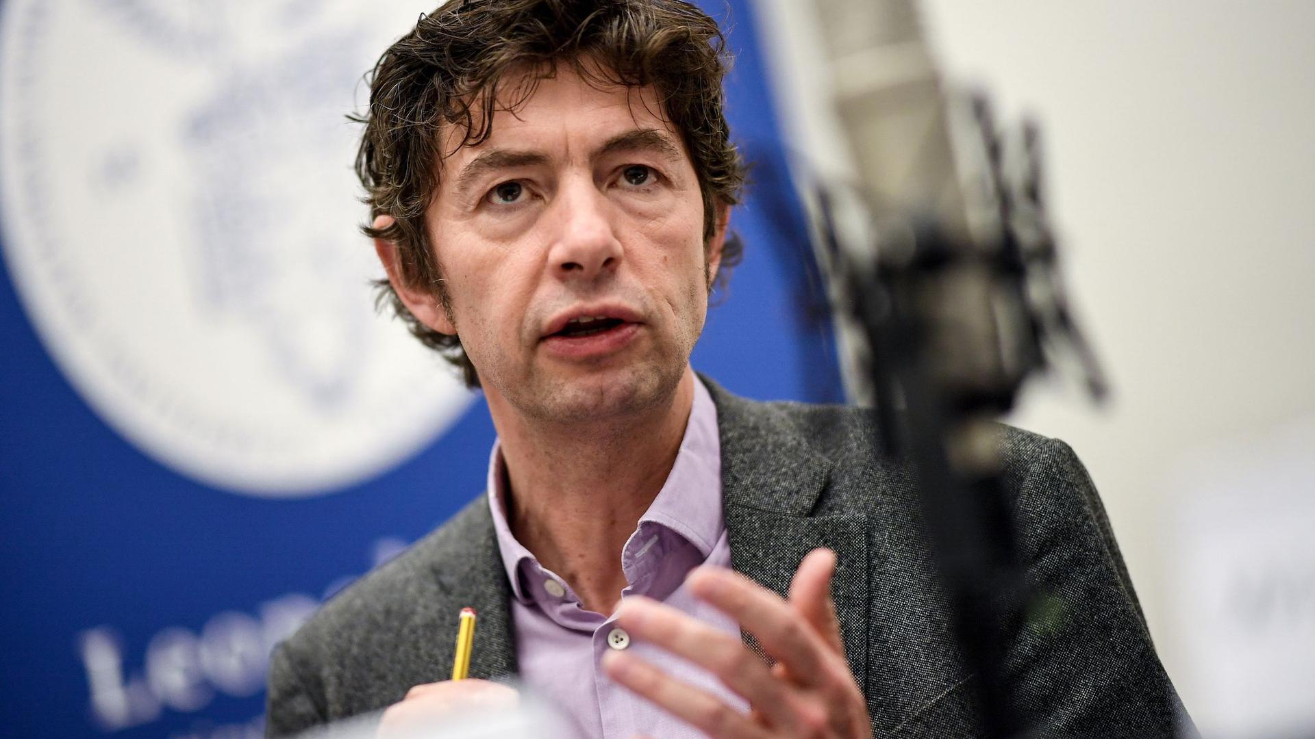 Der Berliner Virologe ChristianDrosten warnt vor einem verfrühtenEnde der Corona-Maßnahmen.