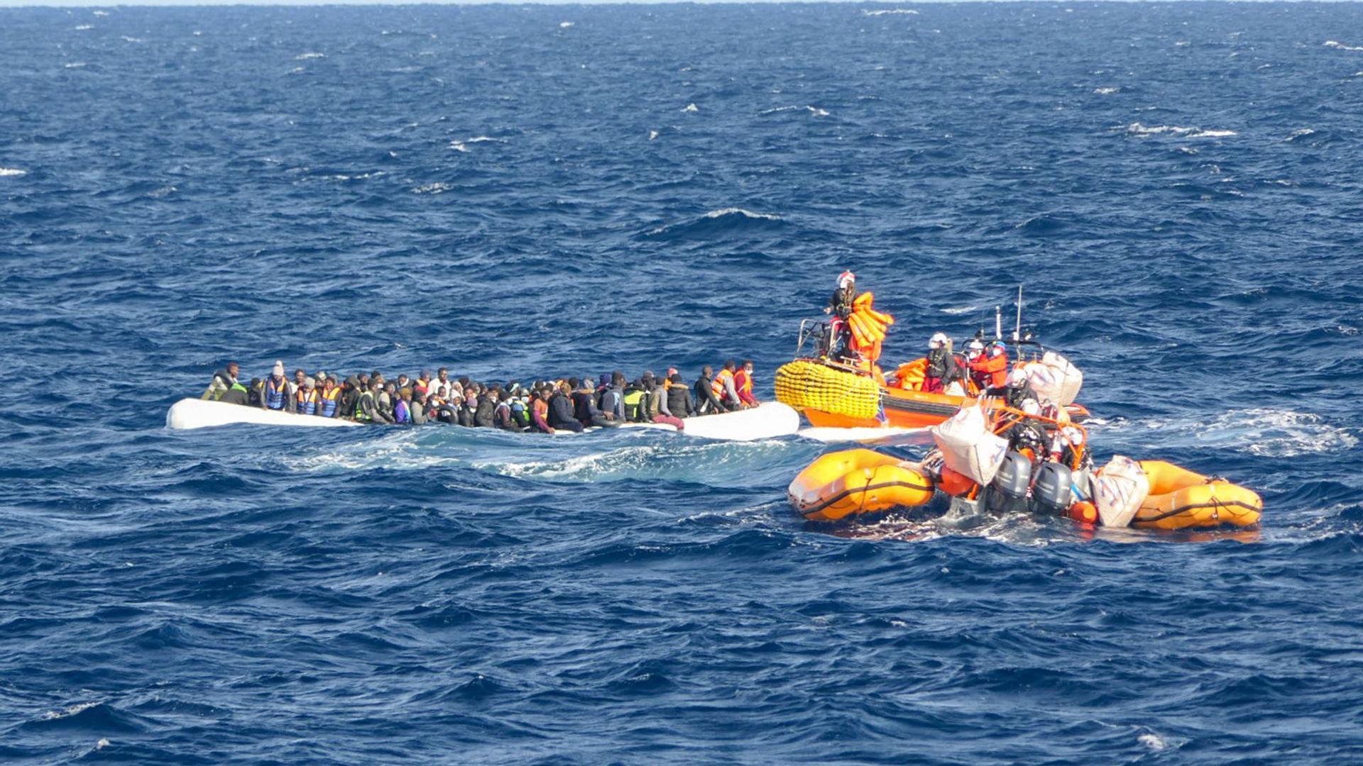 """Die am 21. Januar 2020 von SOS Mediterranee herausgegebene undatierte Aufnahme zeigt gelbe Schlauchboote des Seenotrettungsschiffs """"Ocean Viking"""", die sich einem weiteren Schlauchboot, besetzt mit Migranten, nähern."""