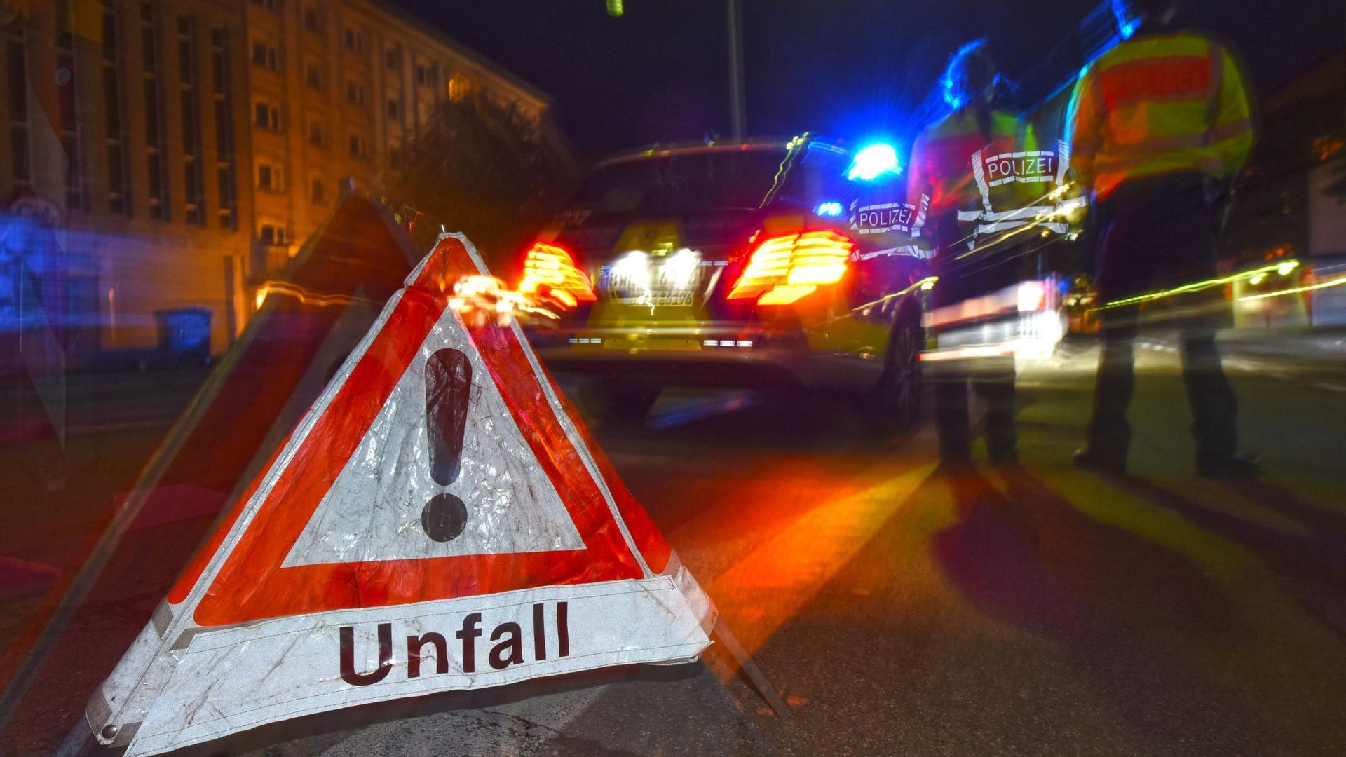 Ein Polizeifahrzeug steht mit Blaulicht auf einer Straße in Freiburg.