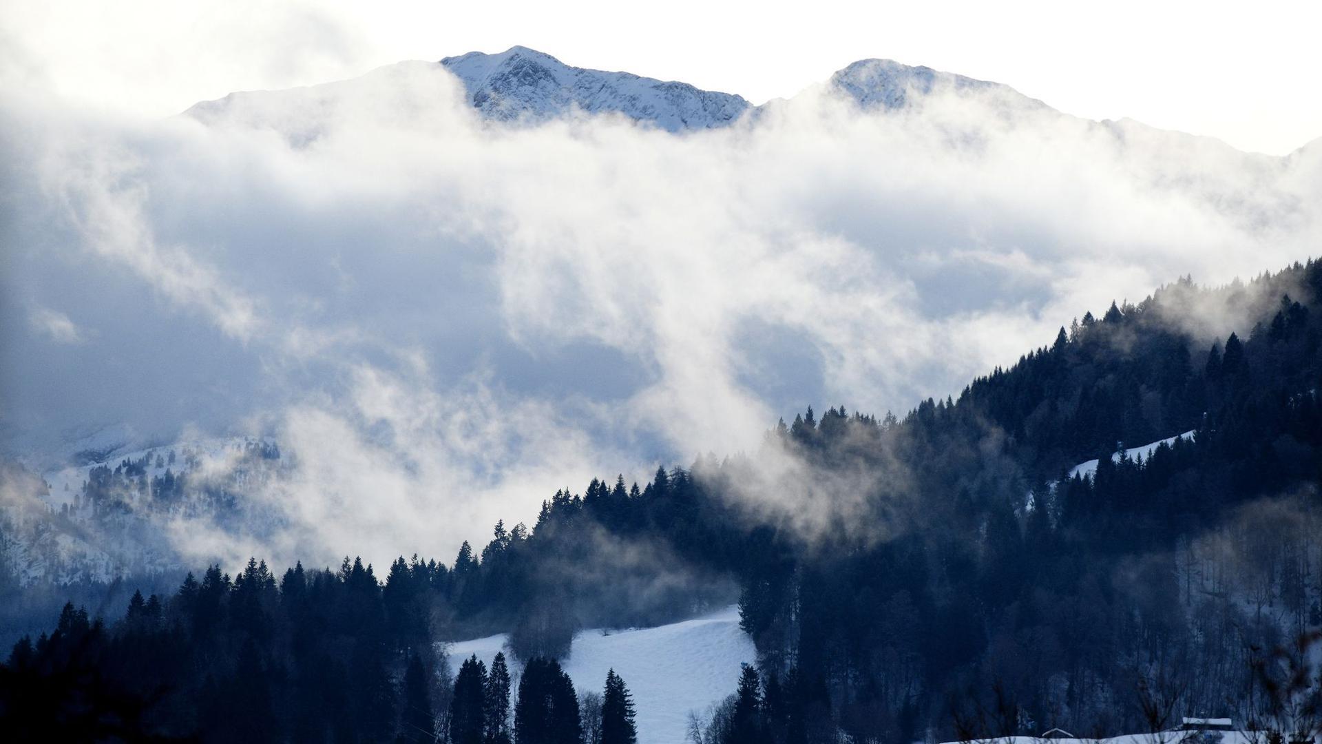 Wolken ziehen an der Wettersteinwand im Wettersteingebirge bei Garmisch-Partenkirchen vorbei.