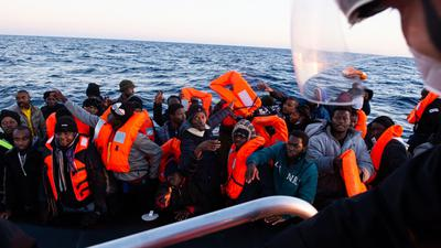 """Migranten werden vom Seenotrettungsschiff """"Ocean Viking"""" gerettet."""