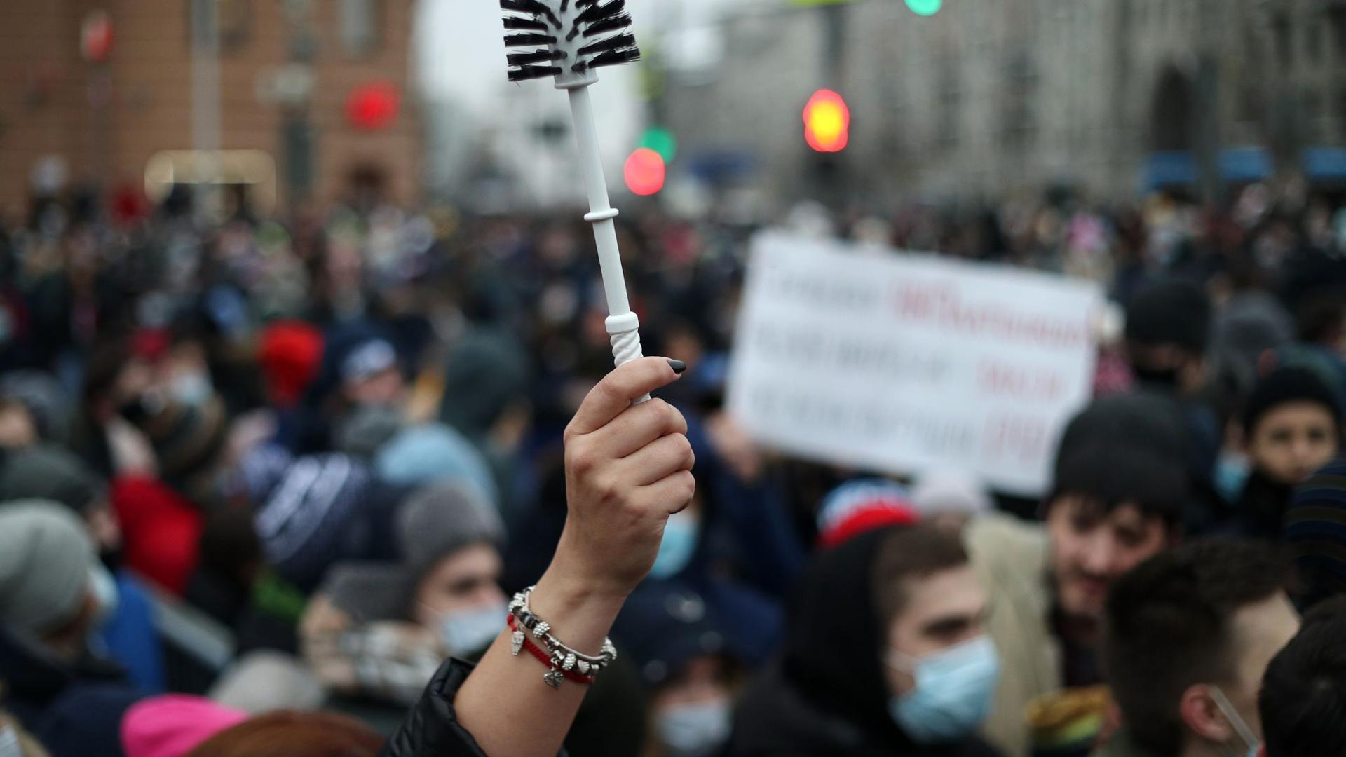 Demonstranten nehmen an einer nicht genehmigten Kundgebung in Moskau zur Unterstützung des russischen Oppositionsführers Alexej Nawalny teil.