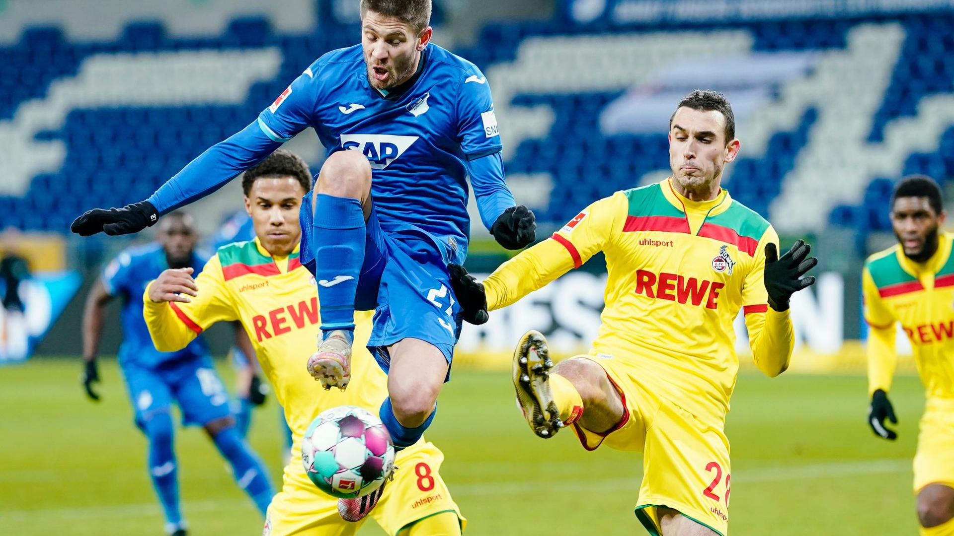 Kölns Ismail Jakobs (l-r), Hoffenheims Andrej Kramaric und Kölns Ellyes Skhiri kämpfen um den Ball.