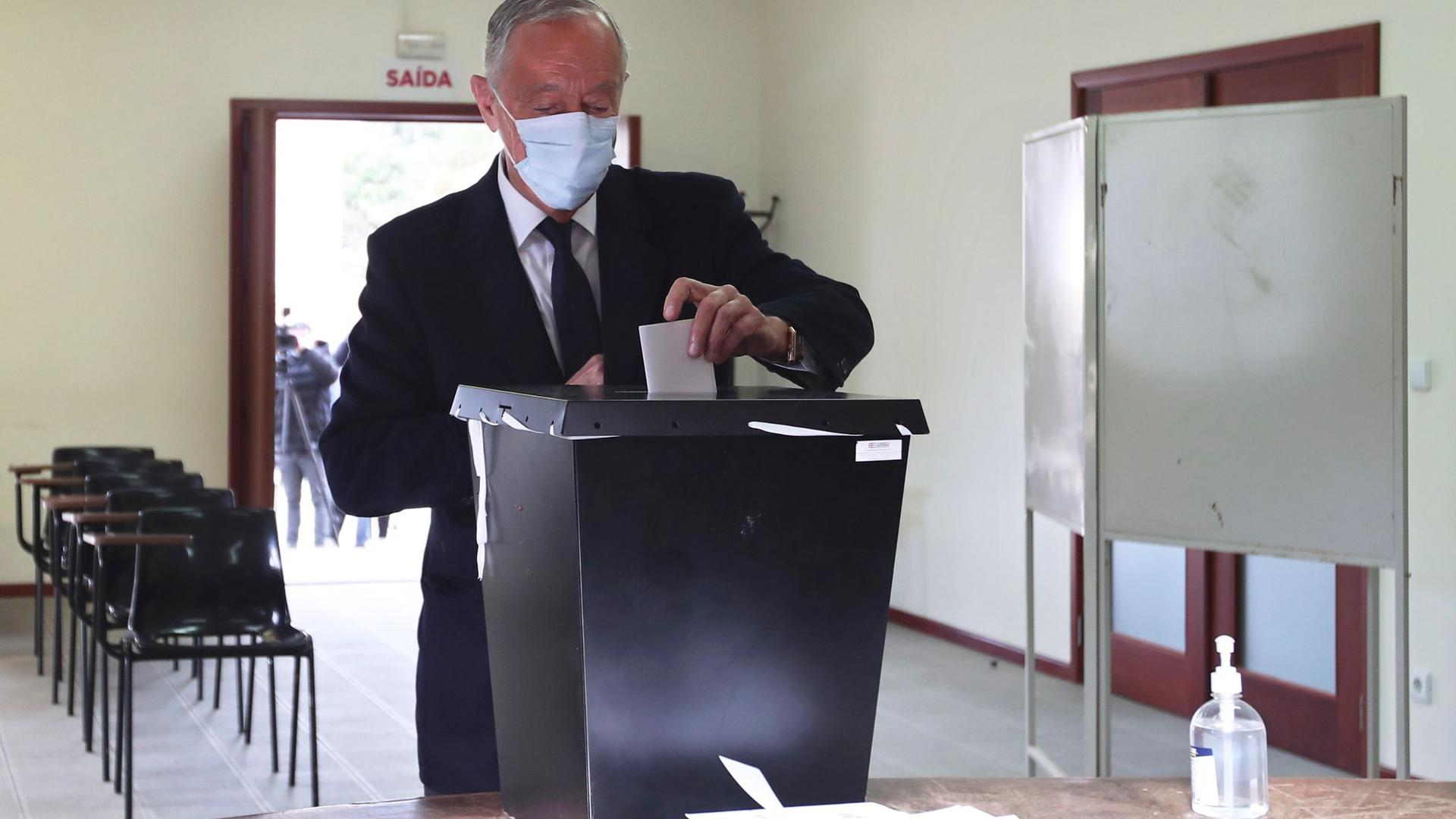 Marcelo Rebelo de Sousa gibt seinen Stimmzettel in einem Wahllokal ab.