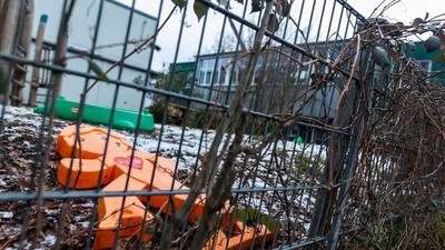 Ein oranger Plastikaufsteller liegt im Spielbereich der Kita in Freiburg. Zwei Kinder aus der Notbetreuung der Einrichtung wurden mit einer Virusmutation infiziert.