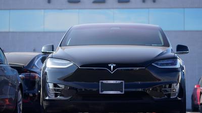 Ein Tesla Model X Sports Utility Vehicle steht in einem Tesla-Händlerhaus in den USA. Trotz der -Krise erreichte Tesla einen Überschuss von 721 Millionen Dollar.
