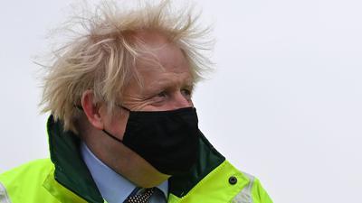 Premier Boris Johnson trotzt dem stürmischen Wetter.