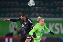 Wer kommt an den Ball? Freiburgs Ermedin Demirovic (l) und Wolfsburgs Xaver Schlager in Aktion.