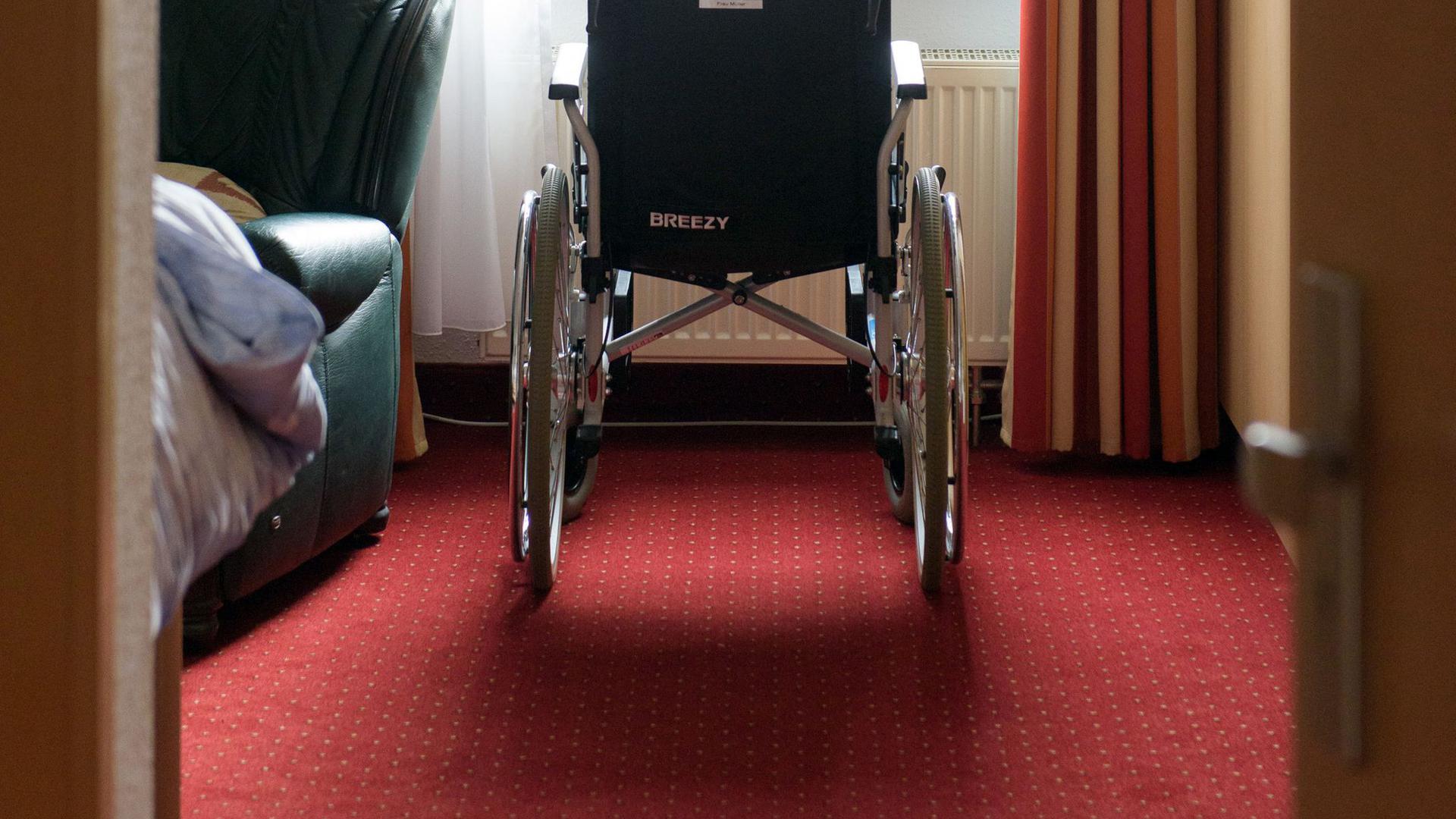Ein Rollstuhl steht in einem Zimmer einer betreuten Wohngemeinschaft für Senioren.