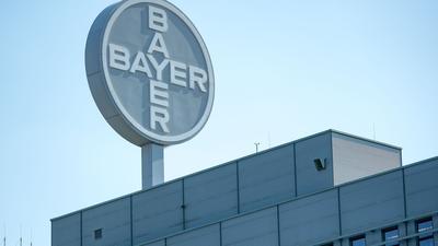 Blick auf das Logo am Werk der Bayer Bitterfeld GmbH.
