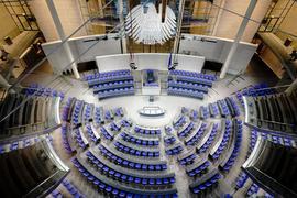 Blick in den Plenarsaal des Bundestags im Reichstagsgebäude. Im aktuellen Bundestag sind nicht einmal ein Drittel der Abgeordneten Frauen.
