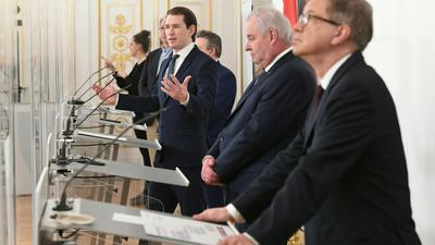 Bundeskanzler Sebastian Kurz spricht bei einer Pressekonferenz nach einem Treffen der Bundesregierung mit den Landeshauptleuten zum Thema Lockdown.