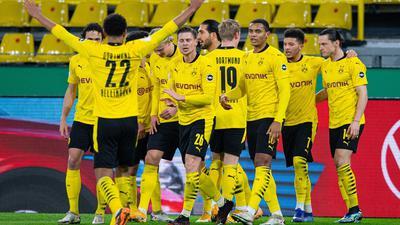 Dortmunds Spieler jubeln nach einem Tor gegen den SC Paderborn.