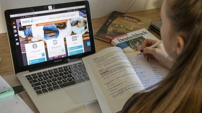 Bereits seit Monaten sieht der Alltag von Schülern so aus: Sie lernen allein am Computer.