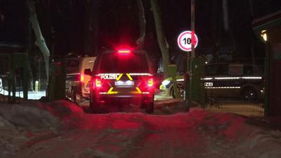 Polizeiwagen kommen in der Nacht an dem Ort in in Brandenburg an der Havel an, an dem ein neugeborenes Baby im Freien ausgesetzt wurde.