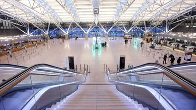Wenige Passagiere und kaum Betrieb gibt es am Morgen am Flughafen Hamburg. Die Bundesregierung plant ein Einreiseverbot aus Ländern mit hoher Verbreitung von Corona-Mutanten.