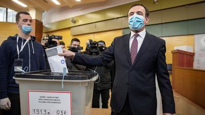 Albin Kurti (r.), Vorsitzender von Vetevendosje, während seiner Stimmabgabe in Pristina.