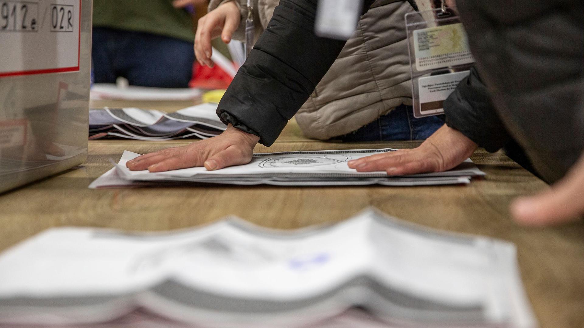 Mitarbeiter der Wahlkommission zählen die abgegebenen Stimmen nach Schließung der Wahllokale.