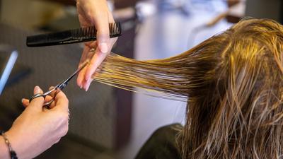 Das Risiko für eine Ansteckung mit dem Coronavirus ist laut einer neuen Untersuchung beim Friseur vergleichsweise gering.
