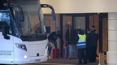 Ein Reisebus bringt Passagiere zum Radisson Blu Edwardian Hotel nahe des Flughafens Heathrow.