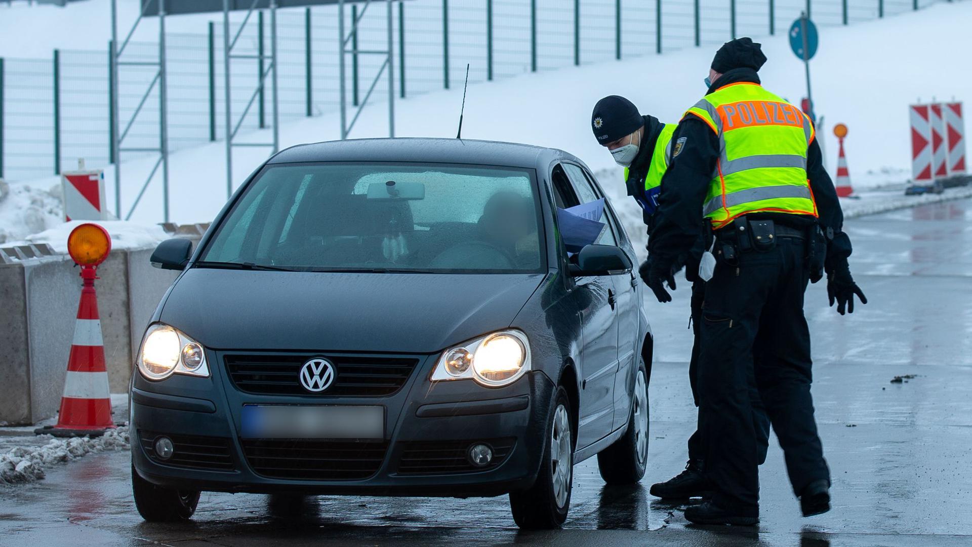 Zwei Polizisten der Bundespolizei bei der Kontrolle von Reisenden und Pendler auf dem Parkplatz Am Heidenholz an der A17 nahe Breitenau.