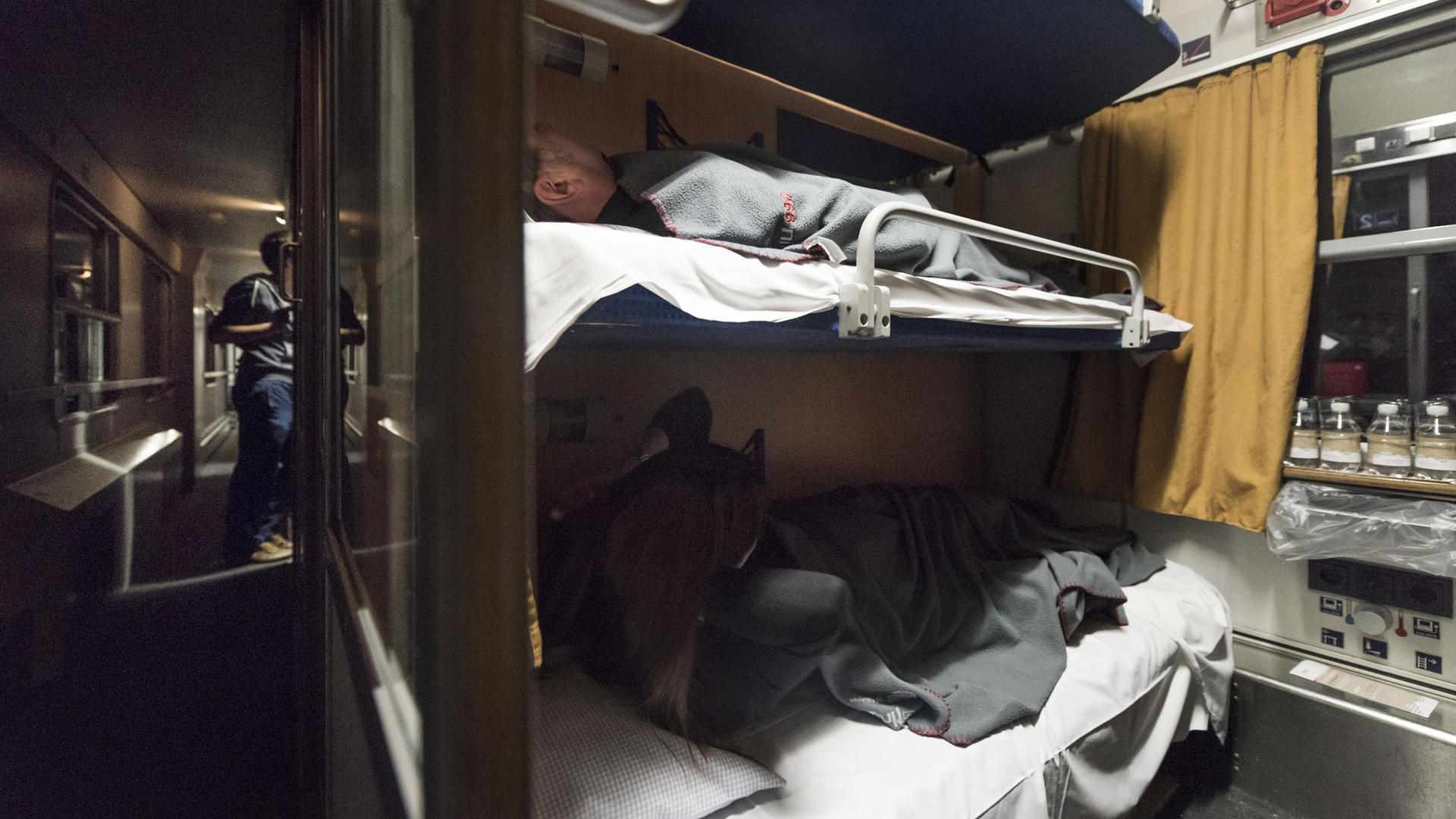 Das Abteil eines Nachtzugs ist zu sehen.