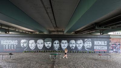 Unter der Frankfurter Friedensbrücke erinnert ein riesiges Wandbild an die neun Opfer des Anschlags in Hanau.