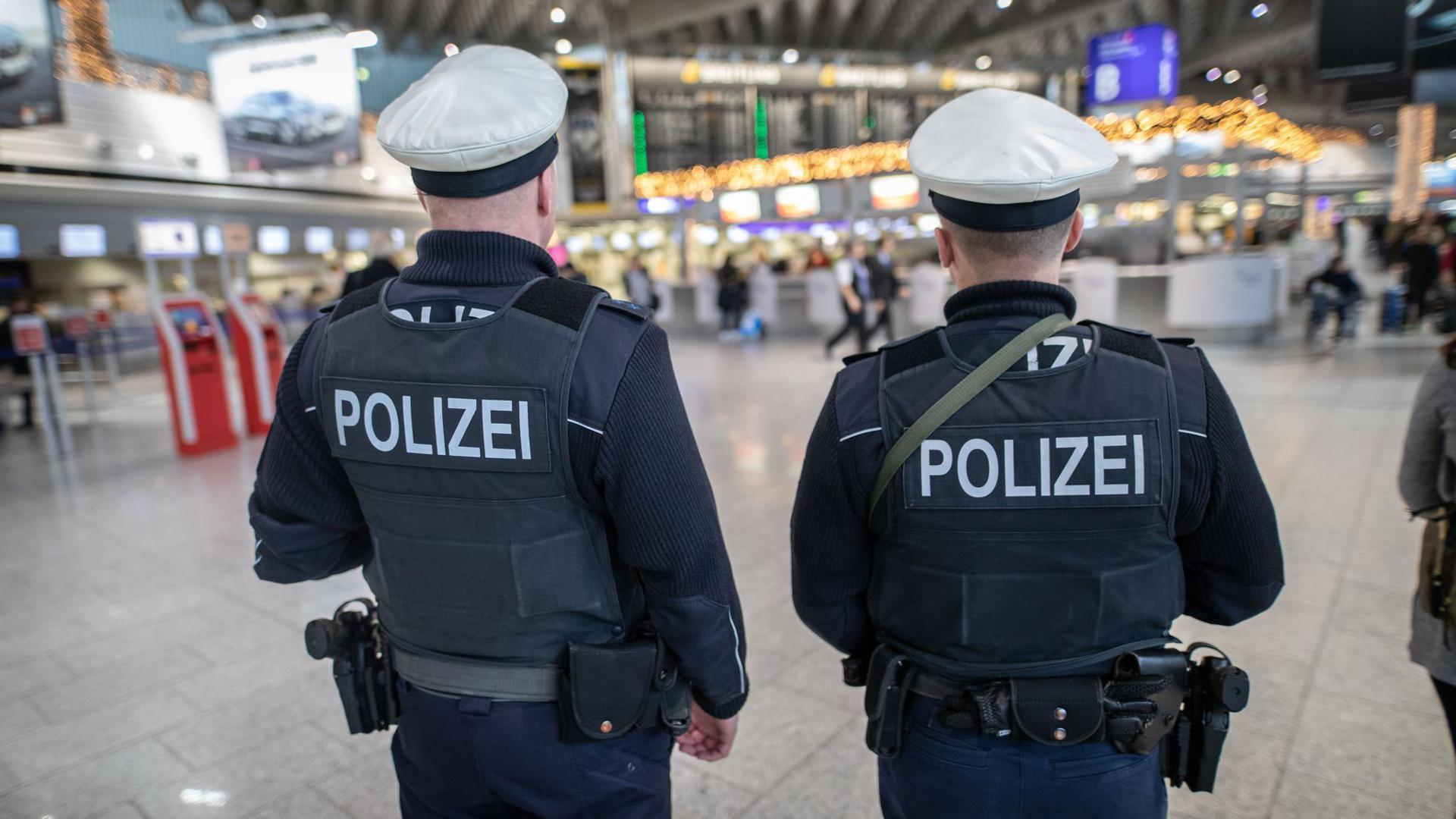 Das Archivbild zeigt Bundespolizisten am Frankfurter Flughafen.
