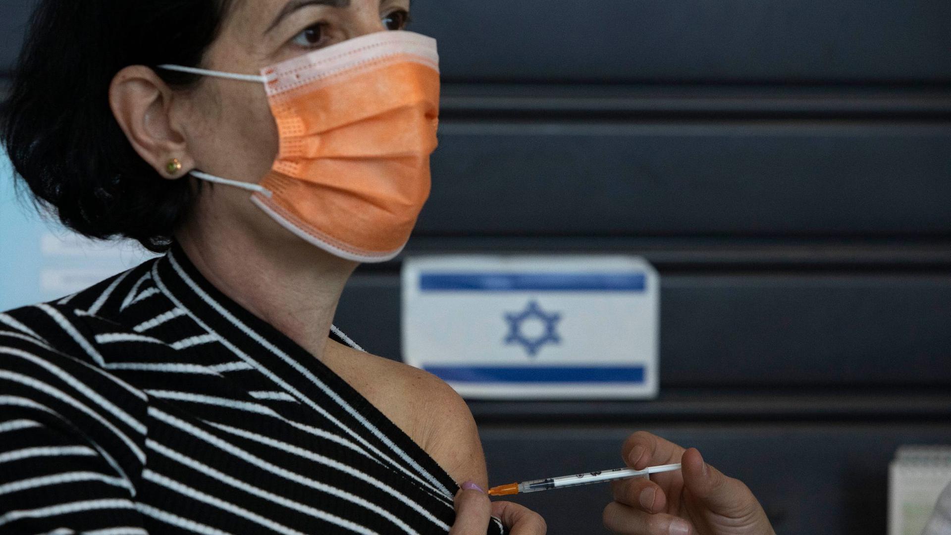 Eine Frau erhält in einem Impfzentrum in Tel Aviv eine Impfung.