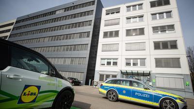 Ein Fahrzeug der Polizei vor der Lidl-Zentrale in Neckarsulm.