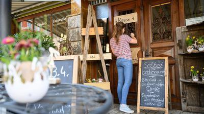 Eine Frau kauft bei einem Blumenladen an der Selbstbedienungskasse ein.