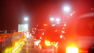 Autos stehen an der Kontrollstelle am Grenzübergang Kiefersfelden-Kufstein bei der Einreise aus Tirol nach Bayern.