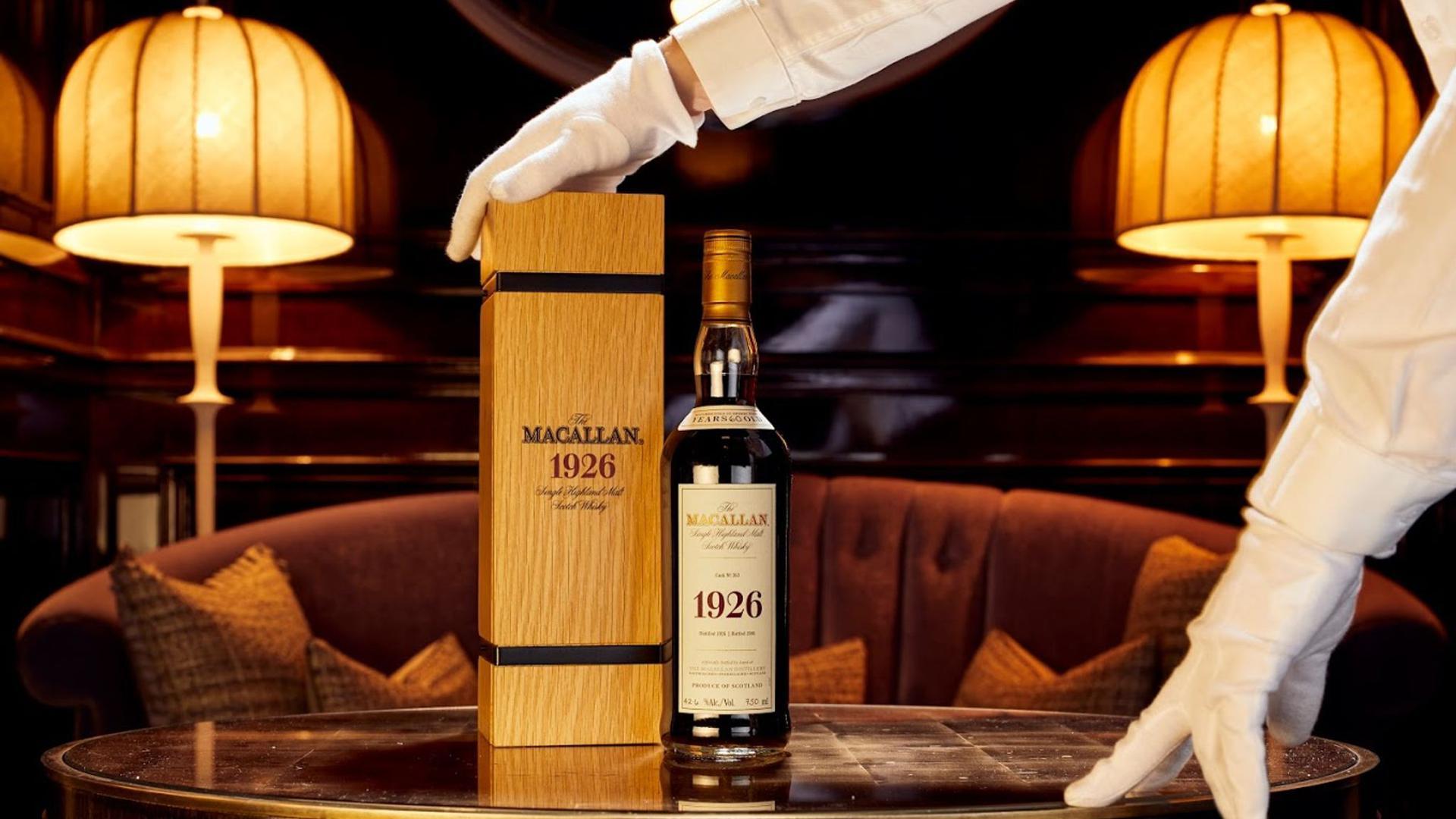 """Eine Flasche mit Whisky der Marke """"The Macallan 1926 Fine and Rare""""."""