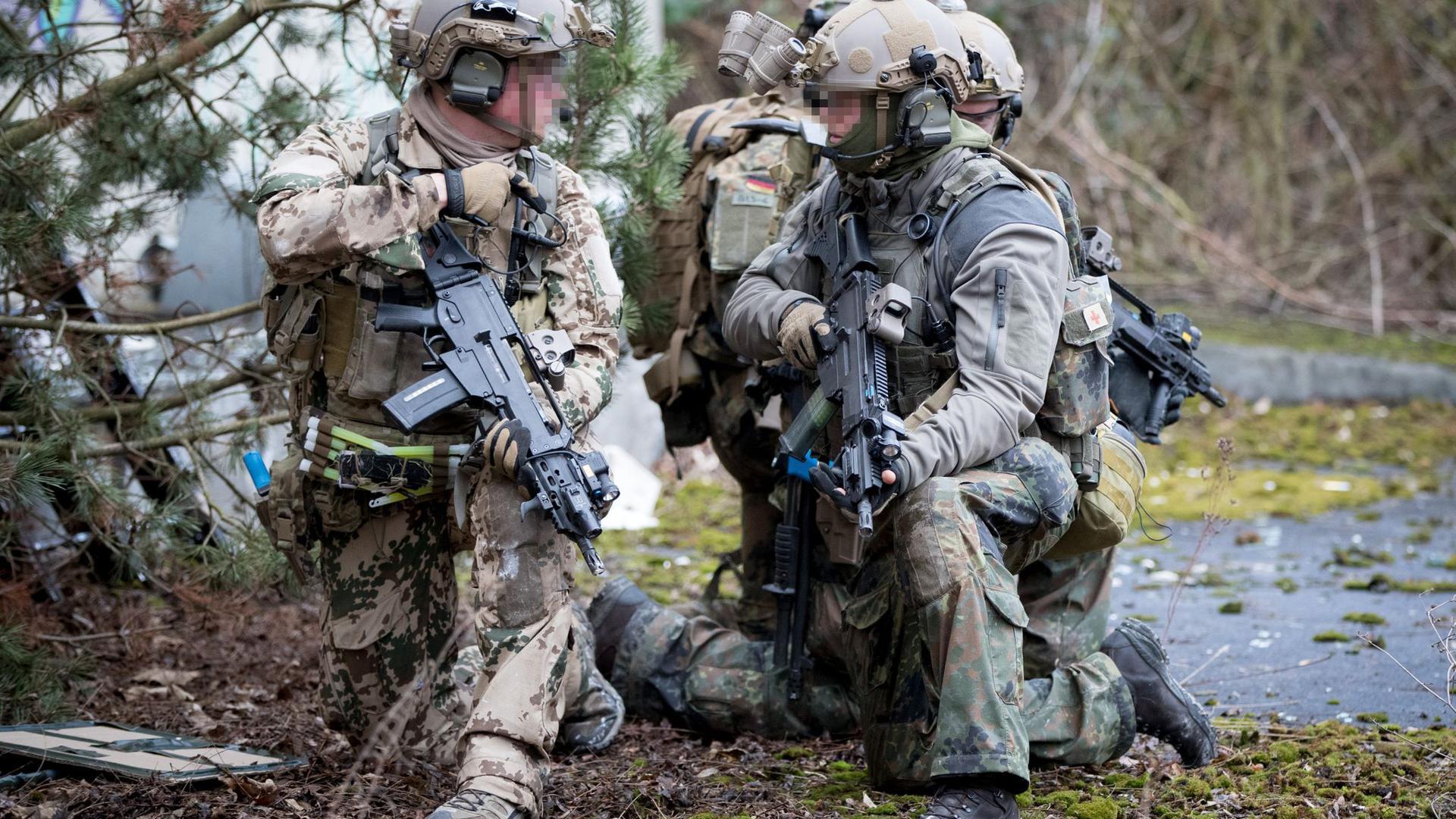 Bundeswehrsoldaten der Eliteeinheit Kommando Spezialkräfte (KSK) trainieren den Häuserkampf und eine Geiselbefreiung.