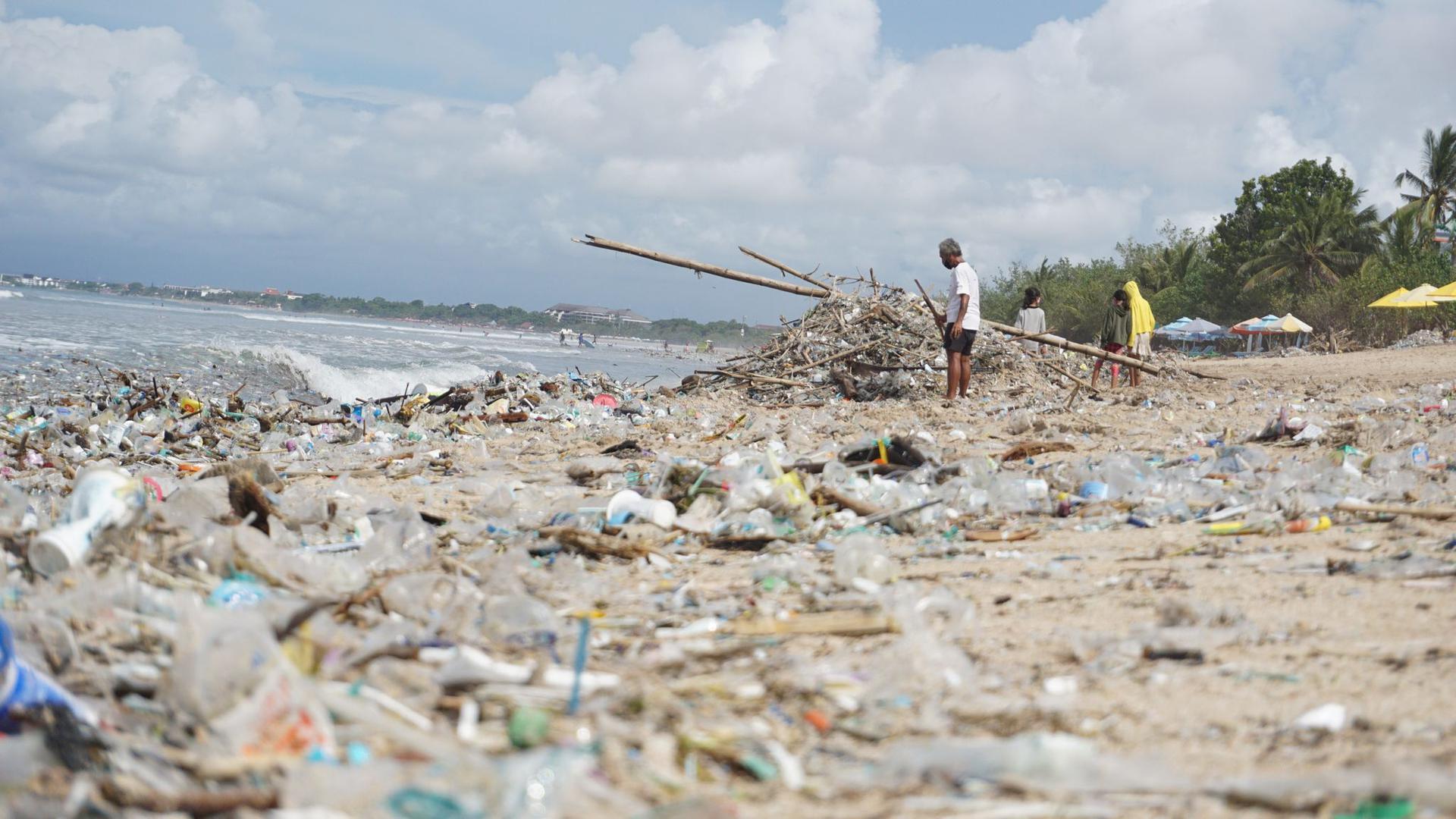 Angespülter Müll liegt am Kuta Beach auf Bali. Kommt ein globales Plastik-Abkommen?