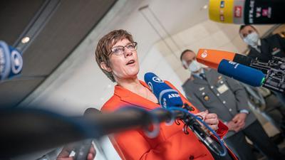 Annegret Kramp-Karrenbauer spricht nach der Sitzung des Verteidigungsausschusses im Bundestag.