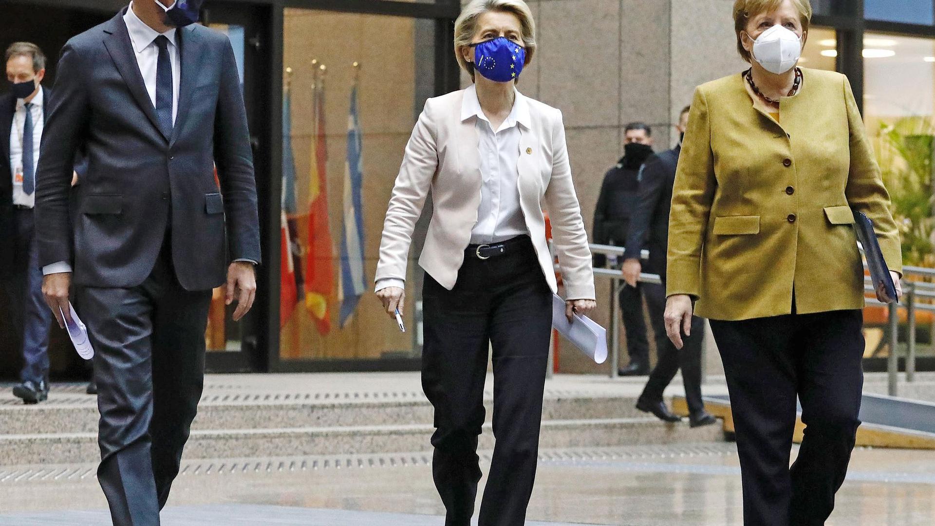 Charles Michel, Präsident des Europäischen Rates, Ursula von der Leyen, EU-Kommissionspräsidentin, und Bundeskanzlerin Angela Merkel kommen im Dezember 2020 am Ende eines Gipfeltreffens zu einer Pressekonferenz. Diese Mal findet das Treffen online statt.