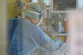 Ein Intensivpfleger ist auf der Covid-19 Intensivstation mit der Versorgung von Corona-Patienten beschäftigt.