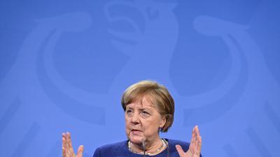 Kanzlerin Angela Merkel dämpft die Hoffnung auf schnelle Lockerungen in der Corona-Pandemie.