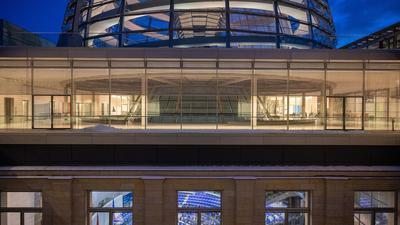 Im Bundestag sollen heute Hilfe für Familien, Geringverdienern, Restaurants und Unternehmen beschlossen werden.