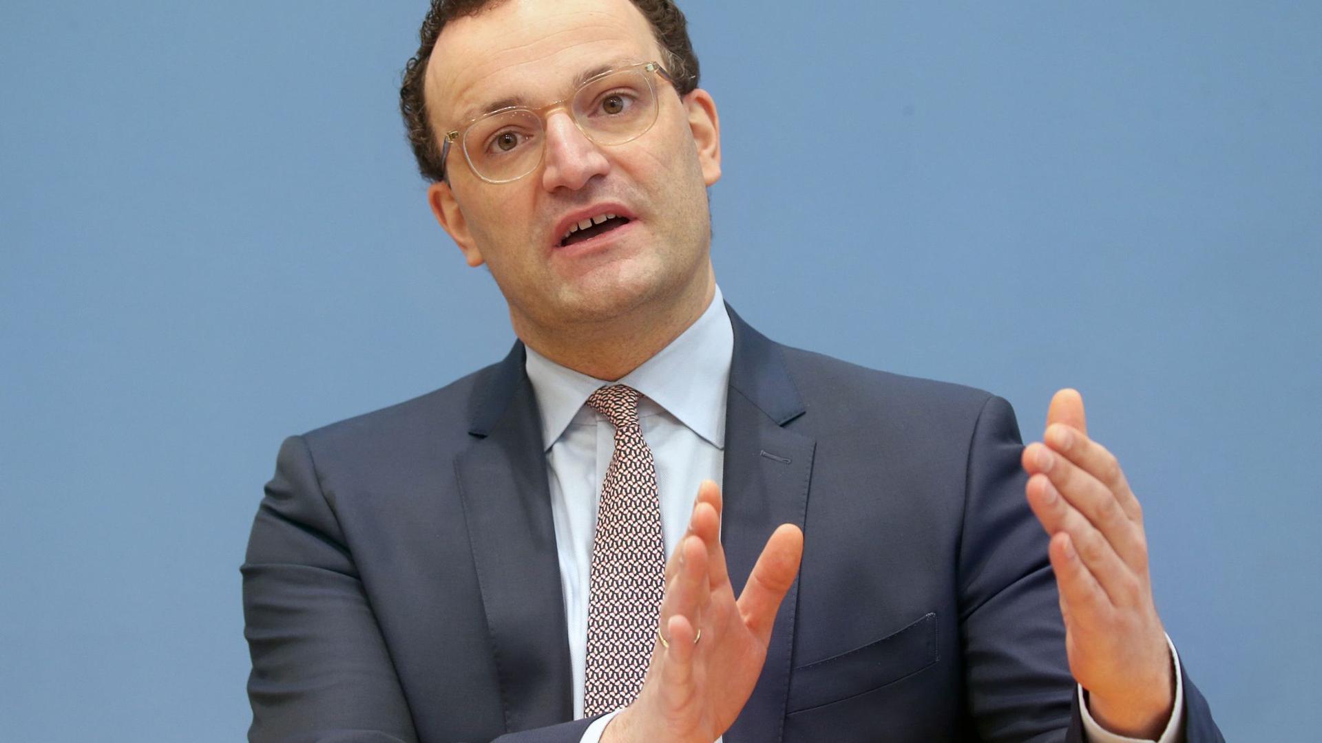 Jens Spahn (CDU), Bundesgesundheitsminister, beantwortet vor der Bundespressekonferenz Fragen von Journalisten zur Corona-Lage.