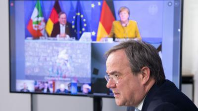 Expertenrunde unter den Augen der Kanzlerin: Vor der nächsten Bund-Länder-Runde holte sich NRW-Ministerpräsident Laschet die Einschätzung des Corona-Expertenrats ab.