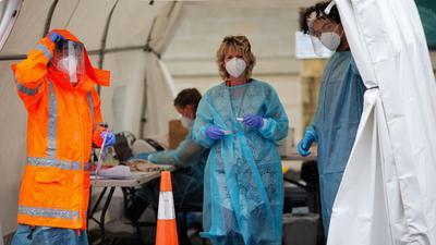 Medizinisches Personal in einem temporären COVID-19-Testgelände im neuseeländischen Auckland.